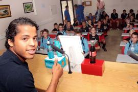 Giovani Dos Santos visita a los niños del campus del Mallorca