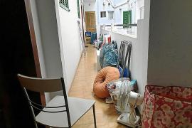 Varios vecinos de la calle Balmes evitan la entrada de unos okupas en su edificio