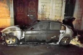 Una cámara  grabó a dos encapuchados quemando el coche del alcalde de Sóller