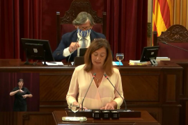 Armengol lamenta en el Parlament la pérdida de Pedro Comas
