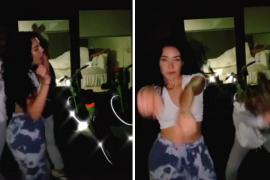 Unas chicas hacen un inocente baile en Tik Tok sin percatarse de la escena subida de tono que se ve detrás de ellas