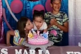 Los padres de las niñas virales que se pelearon en un cumpleaños se empeñan en demostrar que ellas se llevan bien