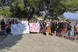 Medio centenar de personas piden el libre acceso a la base militar del Port de Pollença