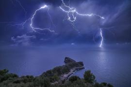 La imagen de una tormenta en sa Foradada, finalista de un premio de fotografía meteorológica