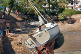 Encallado un barco en Cala Fornells
