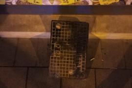 Intenta robar en una tienda de Palma tras romper el escaparate con la tapa de una alcantarilla