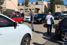 Larga cola de coches en el cementerio de Palma