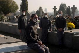 Un enterrador en una pandemia: «Es duro ver más trabajadores que familiares»