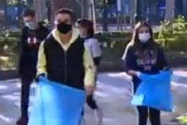 Un grupo de adolescentes de Logroño limpian los destrozos tras los disturbios y Sánchez los elogia