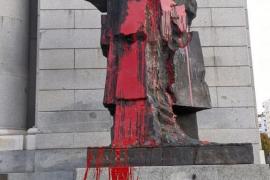 Nuevas pintadas en las estatuas de Prieto y Largo Caballero en Madrid