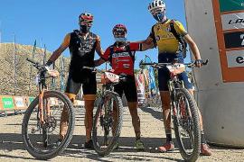 José Antonio Ferrer posa con dos compañeros al terminar la etapa