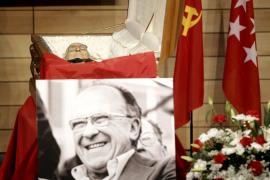 Ciudadanos y políticos despiden a Carrillo entre rosas rojas y recuerdos a la República
