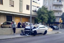 Aparatoso choque contra una farola en Palma