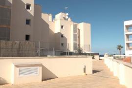 El Consell de Ibiza exige la renovación de los contratos a los inquilinos del edificio de Cala de Bou