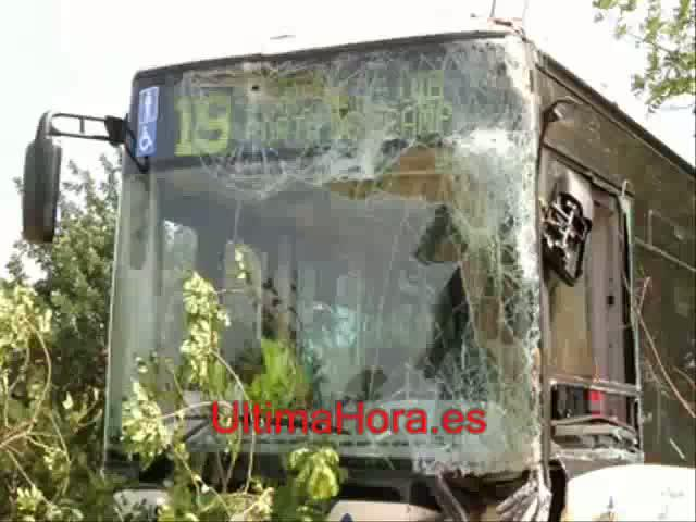 Herida grave una conductora tras chocar con un autobús cerca del Parc Bit
