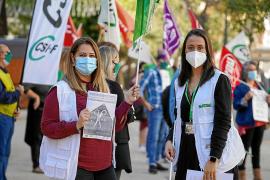 La manifestación se llevó a cabo en el Paseo Vara de Rey de Ibiza y contó con una treintena de personas de distintos sindicatos de la Función Pública