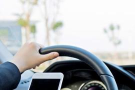 ¿Pueden multarme por conducir solo sujetando el móvil?