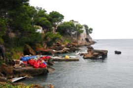 Desvalijan el barco de un millón de euros que chocó contra las rocas en Andratx