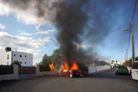 El incendio de un coche en Jesús, en imágenes (Fotos: Marcelo Sastre).