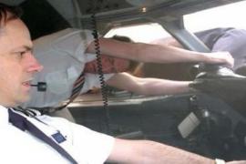 La historia de un piloto que sobrevivió tras ser succionado por la ventana de un avión