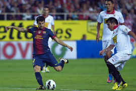 Cesc y Villa levantan un 2-0 tras la expulsión de Medel