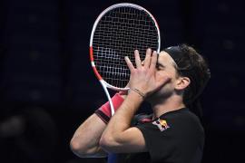 Thiem vence a Djokovic en turbulento desempate