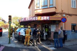 Pierde el control y empotra su coche contra un bar en Palma