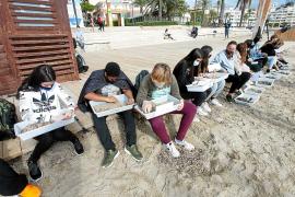 Los alumnos del IES Sa Colomina revisan sus muestras de arena de playa en busca de plásticos