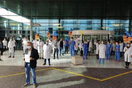 Un centenar de médicos protesta en Son Espases contra la precariedad laboral
