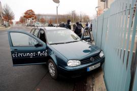 Estampan un coche contra la valla de la Cancillería alemana