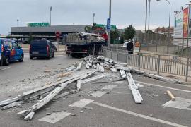 Un camión pierde parte de su carga junto al Estadi Balear