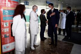 Sánchez e Illa visitan el Hospital de La Paz entre abucheos
