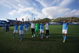 Los jugadores de la UD Ibiza celebran la victoria contra el Hércules.