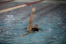 Denuncian a la directora técnica de natación artística por falsear un certificado para viajar con su hija