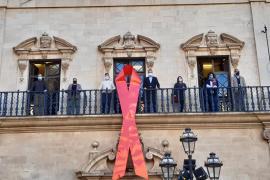 Cort luce en su fachada el lazo rojo de la lucha contra el sida