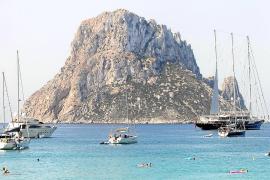 Varias embarcaciones en Cala d'Hort, frente a es Vedrá