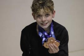 Un niño en la corte de la gimnasia rítmica