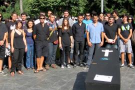 El Consell de la Joventut celebra  su 'funeral' en la Plaça d'Espanya