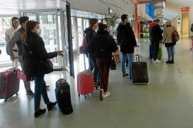 Viajeros, en su mayoría estudiantes, guardan cola ayer para entrar en la terminal del aeropuerto de es Codolar