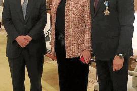 Bernat Cabot, cruz oficial de la Orden del Mérito Civil
