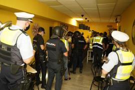 El bar de Palma sancionado con 200.000 euros reta a la policía y abre de nuevo