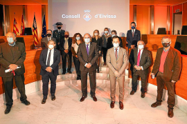 Los premiados y las autoridades, ayer, en el salón de plenos del Consell