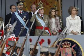 Los reyes presiden junto a los príncipes y Rajoy el desfile del 12-O