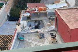 Una mujer, herida por la caída de parte de un techo en Palma
