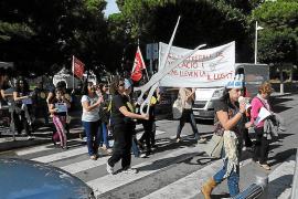 Unas 100 personas protestan por los recortes en las 'escoletas'