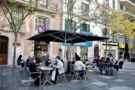 Bares y restaurantes intentan 'sobrevivir' en su primera jornada con solo terrazas