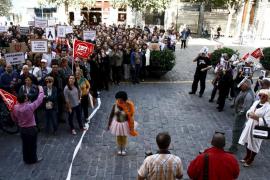 Ruidosa protesta de trabajadores municipales frente a Cort