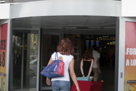 El número de españoles emigrantes ha aumentado un 21,6 por ciento