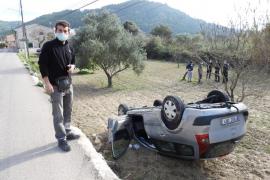 Aparatoso accidente con vuelco en la entrada de s'Arracó, en Andratx