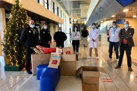 La Policía Local entrega los regalos a los niños ingresados en el hospital de Inca